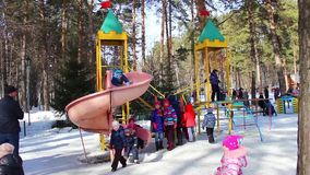 NOVOSIBIRSK, RUSIA - MARZO 13,2016: La porción de niños está jugando en parque almacen de metraje de vídeo