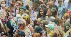 NOVOSIBIRSK RUSIA - 21 07 2018: muchedumbre del baile en el festival de Holi de colores La muchedumbre de gente coloreó el polvo