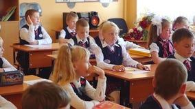 Novosibirsk, Rusia - septiembre, 1, 2015 Los estudiantes y el profesor de primera categoría están en sala de clase de la escuela  almacen de metraje de vídeo