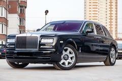 Novosibirsk, Rusia - 04 11 2019: Vista delantera de nuevo un coche muy costoso de Rolls Royce Phantom, una limusina negra larga,  fotos de archivo libres de regalías