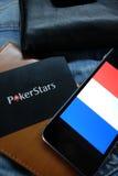 NOVOSIBIRSK, RUSLAND - DECEMBER 13, 2016: De vlag van Frankrijk en embleem Pokerstars op jeansachtergrond Stock Afbeelding