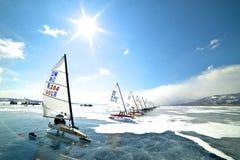 NOVOSIBIRSK, RUSLAND-DECEMBER21: Ijs die op de bevroren meerconcurrentie varen Stock Afbeeldingen