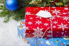 NOVOSIBIRSK, RUSLAND - DECEMBER 15, 2017: Kerstkaart met een lege ruimte in het kader van uw tekst Giften in een rode en blauwe d Royalty-vrije Stock Foto's