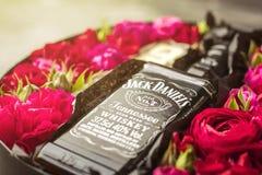 NOVOSIBIRSK, RUSLAND - FEBRUARI 23, 2018 - gift het verpakken van JackDaniels-whisky Kubussen van Belgische witte chocolade stock afbeelding