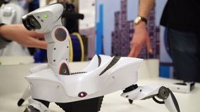 NOVOSIBIRSK, RUSLAND - FEBRUARI 21, 2018: Robotica Expo Robotstuk speelgoed krab 4k stock video