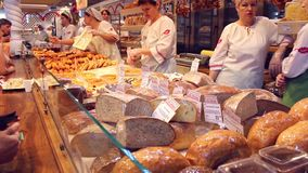 NOVOSIBIRSK, RUSLAND - Juni 27, 2016: de mensen kopen bakkerijproducten bij de markt stock footage