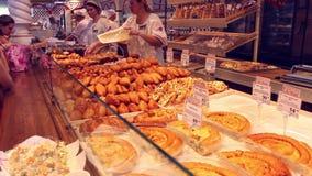NOVOSIBIRSK, RUSLAND - Juni 27, 2016: de mensen kopen bakkerijproducten bij de markt stock video