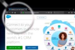 Novosibirsk, Rusland - Juni 18, 2019 - Illustratief Hoofdartikel van Salesforce-websitehomepage Salesforceembleem zichtbaar op ve royalty-vrije stock fotografie