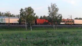Novosibirsk, Rusland - Juni 21, 2017: Treinvervoer die een Spoorwegspoor in The Field doorgeven stock video