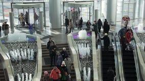 Novosibirsk, Rusland - November 12, 2015: Menigte van Lopende Mensen in het Winkelcomplexcentrum stock video
