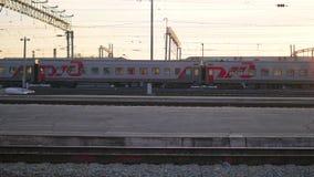 NOVOSIBIRSK, RUSLAND - September 30.2016: De trein kruist een spoorweg stock videobeelden