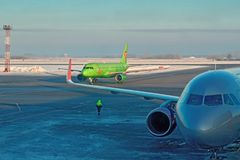 NOVOSIBIRSK, RUSLAND, TOLMACHEVO-LUCHTHAVEN, 10 Februari 2018 - passagiersvliegtuigen in de luchthavenstreek voor passagiers Stock Foto