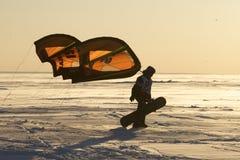 NOVOSIBIRSK, RUSSIA-DECEMBER21: Kania surfingowiec na zamarzniętym jeziorze obrazy stock