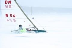 NOVOSIBIRSK, RUSSIA-DECEMBER21: Lodowy żeglowanie na zamarzniętej jeziornej rywalizaci Zdjęcie Stock