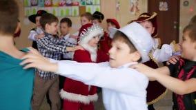 NOVOSIBIRSK, RUSSIA - 26 dicembre 2016: i bambini in costumi di Natale ballano in un cerchio video d archivio
