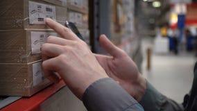 NOVOSIBIRSK, RUSSIA - 19 FEBBRAIO 2018: Giovane con il telefono al deposito 4k di IKEA stock footage