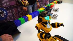 NOVOSIBIRSK, RUSSIA - 21 FEBBRAIO 2018: Robot di controllo dell'uomo con la console a distanza video d archivio