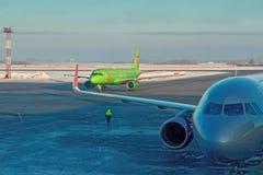NOVOSIBIRSK, RUSSIE, AÉROPORT de TOLMACHEVO, le 10 février 2018 - avions de passagers dans la zone d'aéroport pour des passagers Photo stock