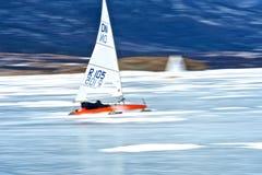 NOVOSIBIRSK, RUSSIE 21 DÉCEMBRE : Navigation de glace sur la concurrence gelée de lac Images libres de droits