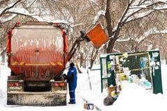 NOVOSIBIRSK, RUSSIE - 19 janvier 2018 : déchets d'enlèvement de déchets image stock