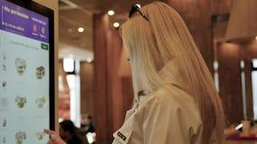 Novosibirsk, Russie, mai 2019 : Femme choisissant la nourriture par une voiture de libre service au restaurant de mcdonald Mouvem banque de vidéos