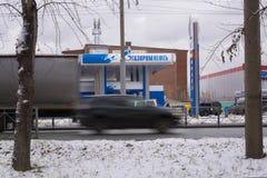 Novosibirsk, Russie - 22 octobre 2018 L'emblème de la compagnie Gazpromneft sur la station service photographie stock