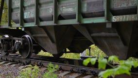 NOVOSIBIRSK, RUSSIE - 13 octobre 2017 : Le dépassement locomotif sur le chemin de fer Transport ferroviaire banque de vidéos