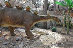 NOVOSIBIRSK RYSSLAND - APRIL 16: Realistisk modell av dinosaurien på Dinopark i zoo på April 16, 2016 Novosibirsk Arkivfoton