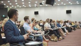 NOVOSIBIRSK RYSSLAND - 20 06 2017: begrepp för utbildning för kontor för möte för seminarium för affärsfolk Män och kvinnor lyssn arkivfilmer