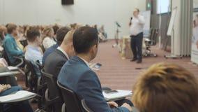 NOVOSIBIRSK RYSSLAND - 20 06 2017: begrepp för utbildning för kontor för möte för seminarium för affärsfolk Män och kvinnor lyssn lager videofilmer