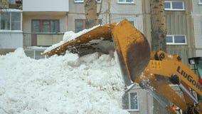 NOVOSIBIRSK RYSSLAND - December 7,2016: snowbloweren tar bort snö från vägen i gården stock video