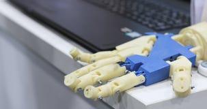 NOVOSIBIRSK RYSSLAND - 22 06 2017: En människa och bioniska händer som ligger bredvid de Top beskådar Man med innovativt lager videofilmer
