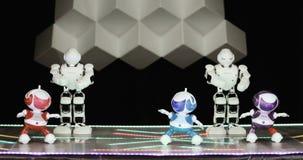 NOVOSIBIRSK RYSSLAND - 01 22 2018: humanoidrobotdans Grupp av gulligt dansa för robotar Slut upp av den smarta robotdansshowen lager videofilmer