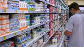 NOVOSIBIRSK RYSSLAND - Juli 18,2016: mannen gör köp på livsmedelsbutiken stock video