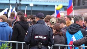Novosibirsk Ryssland - Juni 12, 2017: Polisuppehällebeställning på en demonstration stock video