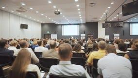 NOVOSIBIRSK RYSSLAND - 20 06 2017: lyssna till anförandet om marknadsföring och ledning av handelsföretaget för lager videofilmer