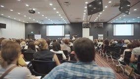 NOVOSIBIRSK RYSSLAND - 20 06 2017: lyssna till anförandet om marknadsföring och ledning av handelsföretaget för arkivfilmer