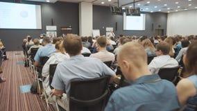 NOVOSIBIRSK RYSSLAND - 20 06 2017: lyssna till anförandet om marknadsföring och ledning av handelsföretaget för stock video