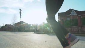 Novosibirsk Ryssland - Maj 22, 2018: Kvinnlig spring i liten förorts- stad med högväxta byggnader i bakgrunden guld- lager videofilmer