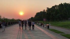 Novosibirsk, Siberia, Rusia - 4 de julio de 2018: El terraplén de Mikhaylovskaya, gente camina en el parque en el río Ob, en un v almacen de video