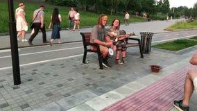 Novosibirsk Sibirien, Ryssland - Juli 04, 2018: Den Mikhaylovskaya invallningen, folk går i parkera på floden Ob, på en varm somm stock video