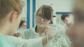 Novosibirsk 2016: Un gruppo di studenti al laboratorio classifica stock footage