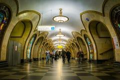 Novoslobodskaya g?ngtunnelstation i Moskva, Ryssland royaltyfri foto