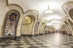 Novoslobodskaya stacja metru w Moskwa i kłoszenia linii wyprostowywać Zdjęcia Royalty Free