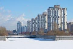 Novosmolenskaya-Damm des Flusses Smolenka, Februar-Tag Winter St Petersburg Lizenzfreie Stockbilder