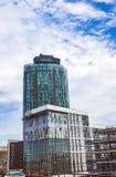Novotel London västra och moderna byggnader på bakgrund för molnig himmel Arkivbilder