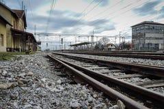 Novska, Kroatië 2/14/2019: Spoorwegpost in de wintertijd met oude sporen stock afbeelding