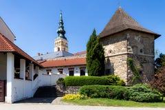 novy jicin Gammal torn och kyrka Arkivfoto
