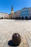 Novy Jicin, República Checa Iglesia de la suposición de la Virgen María y de la vieja plaza del mercado Imagen de archivo