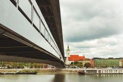 Novy najwięcej mosta nad wodą rzeczny Danube z miastem, i Zdjęcie Royalty Free
